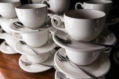 De Koppen van de koffie catering Mokken op een houten lijst Stock Afbeeldingen