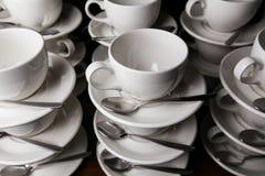 De Koppen van de koffie catering Mokken op een houten lijst Stock Fotografie