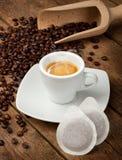 De koppen van de koffie met peulen Stock Foto's