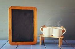 De koppen van de paarkoffie naast leeg bord Royalty-vrije Stock Foto's