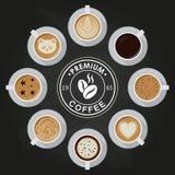 De koppen van de premiekoffie, americano, latte, espresso, cappuccino, macchiato, mocha, kunst, tekeningen op koffiecrema, mening Stock Fotografie