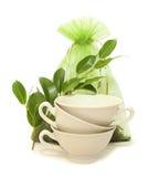 De koppen van het porselein, groene bladeren en een zak thee Royalty-vrije Stock Afbeeldingen