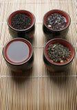 De koppen van het porselein voor thee op bamboestro Stock Afbeelding