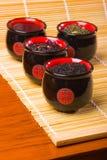De koppen van het porselein voor thee op bamboestro Stock Foto's