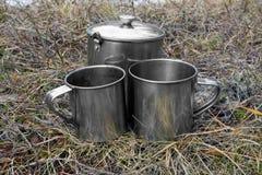 De koppen van toeristen op droog gras Stock Foto