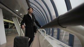 De Koreaanse Aziatische mens kijkt uit venster die dan langs de luchthavenbouw gaan stock video