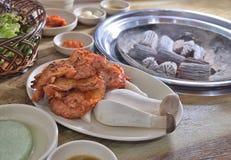 De Koreaanse BBQ houtskool van de de plakbarbecue van de paddestoelkip stock afbeelding