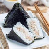 De Koreaanse driehoek kimbap Samgak maakte met nori, rijst en tonijnvissen, gelijkend op Japanse onigiri van de rijstbal, vierkan stock foto's