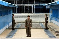 De Koreaanse militairen van het noorden bij de grens aan Zuid-Korea Stock Fotografie