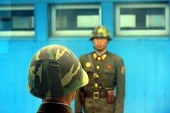 De Koreaanse militairen van het noorden bij de grens aan Zuid-Korea Royalty-vrije Stock Afbeelding
