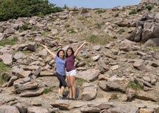 De Koreaanse moeder en haar dochter van dertien éénjarigenamerasian stellen op een stijging in Onderstel Rainier National Park, W stock foto's