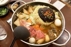 De Koreaanse Onmiddellijke Noedel Budaejjigae het is een nationaal voedsel van Korea, dat in Azië zeer populair is Het Noedelprod royalty-vrije stock afbeelding