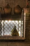 De korfflessen van de wijn in de schuur stock foto