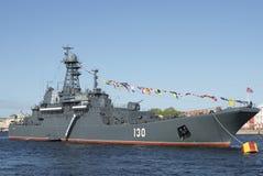 ` De Korolev do ` do navio de aterrissagem de Arge no rio de Neva no festival em honra do dia da vitória Imagens de Stock