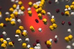 De korrels van het polymeer op een staalshee Stock Fotografie