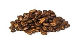 De korrels van koffie liggen op een witte achtergrond Stock Afbeeldingen