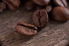 De korrels van koffie op achtergrond Royalty-vrije Stock Afbeeldingen