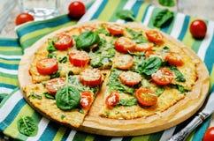 De korst van de bloemkoolpizza met tomaat en spinazie Stock Afbeeldingen