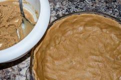 De korst van de koekjespastei, in pan wordt gedrukt die en klaar te bakken stock afbeeldingen