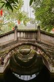 De korstmos-behandelde brug van de steenboog in Chinese oude stijl royalty-vrije stock afbeelding