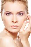 De kosmetiek & schoonheidsmiddel. Model met violette samenstelling Royalty-vrije Stock Foto