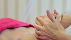 De kosmetiekprocedures Close-up van een Young Woman Getting Spa Behandeling stock videobeelden