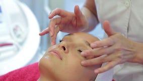 De kosmetiekprocedures Huidhydratie stock videobeelden