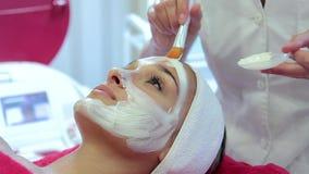 De kosmetiekprocedures Masker voor het gezicht stock videobeelden
