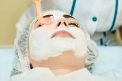 De kosmetiekruimte, behandeling en huid het reinigen met hardware, acnebehandeling stock foto