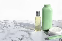 De kosmetische fles met vloeistof voor het reinigen ziet of maakt omhoog vlekkenmiddel op marmeren achtergrond onder ogen Natuurl stock afbeelding