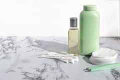 De kosmetische fles met vloeistof voor het reinigen ziet of maakt omhoog vlekkenmiddel op marmeren achtergrond onder ogen Natuurl royalty-vrije stock foto