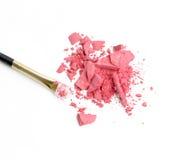 De kosmetische poederborstel en verpletterd die bloost palet op wit wordt geïsoleerd Royalty-vrije Stock Afbeelding