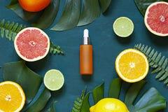 De kosmetische vlakte legt met vitamine Cserum en citrusvrucht op de achter houten achtergrond royalty-vrije stock fotografie