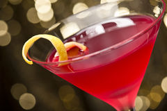 De kosmopolitische cocktail met citroen versiert stock foto
