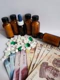 de kosten van geneeskunde, een verscheidenheid van geneesmiddelen en Mexicaanse bankbiljetten, achtergrond en textuur royalty-vrije stock foto's
