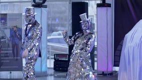 De de de kostuumgebeurtenis, dame en heer in zilveren kleren maken het onderhouden in ruimte tonen stock videobeelden