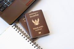 De kostuums van reistoebehoren Paspoorten Thailand, Voorbereiding voor reis, Notitieboekjepen op bovenkant, glazen, en laptop Royalty-vrije Stock Fotografie