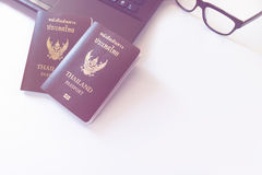 De kostuums van reistoebehoren Paspoorten, Voorbereiding voor reis, Royalty-vrije Stock Afbeeldingen