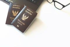 De kostuums van reistoebehoren Paspoorten, Voorbereiding voor reis, Stock Foto