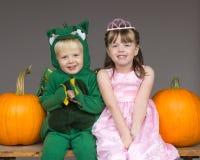 De kostuumspompoenen van Halloween van kinderenjonge geitjes Stock Afbeelding
