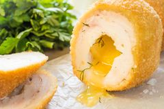 De koteletten van kippenkiev met peterseliebladeren en boter Royalty-vrije Stock Afbeeldingen