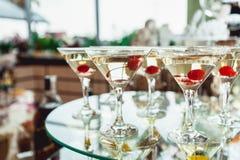 De koude alcoholische cocktail van Margareta Glas met dranktribunes op de glastribune Stock Afbeeldingen