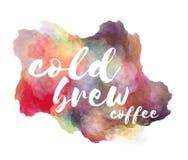 De koude brouwt koffiehand het van letters voorzien uitdrukking op plons van de waterverf de imitatiekleur over witte achtergrond Royalty-vrije Stock Fotografie