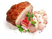 De koude kookte varkensvlees dat met granaatappel wordt verfraaid? Stock Foto's
