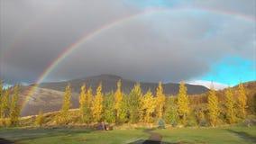 De koude mist van de de herfstochtend met regenboog en tent in de bergen stock video