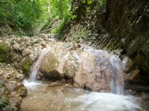 De de koude stenen en richel van de Bergrivier stock foto's