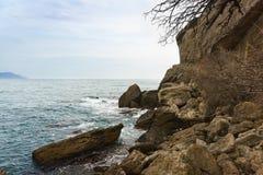 De koude Zwarte Zee en grote keien op de kust in het weg seizoen Klein Krimdorp van Novy Svet stock fotografie