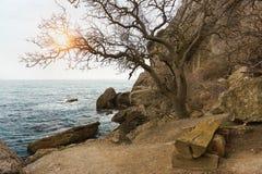 De koude Zwarte Zee en grote keien op de kust in het weg seizoen Kleine bank De zononderbrekingen door de wolken op een bewolkte  royalty-vrije stock foto's