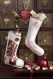 De kous van Kerstmis met gouden gift Stock Afbeeldingen