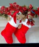 De Kousen van Kerstmis op de Mantel Stock Foto